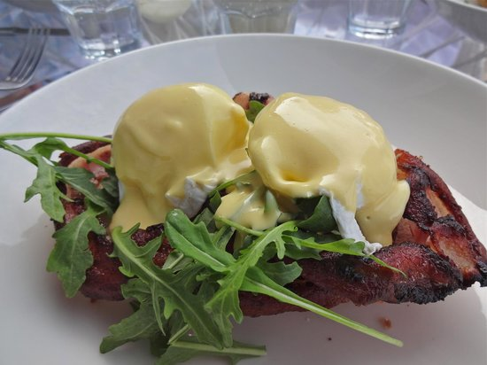 Eggs Benedict perfectly cooked at the Takapuna Beach Cafe