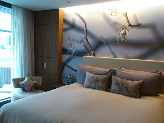 The Darling : Bed with trendy artwork