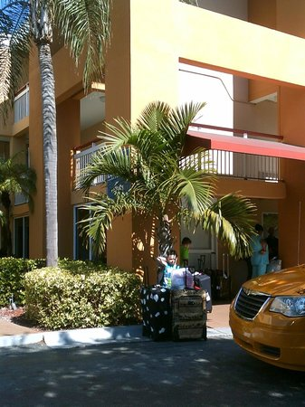 Quality Inn Miami Airport: Outside by lobby entrance.