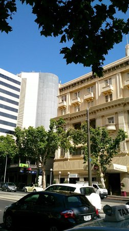 Mercure Grosvenor Hotel: The hotel from across the road