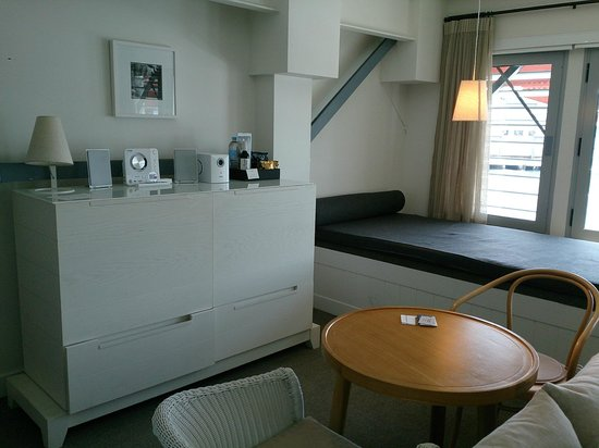 Pier One Sydney Harbour, Autograph Collection: Window seat and mini bar area