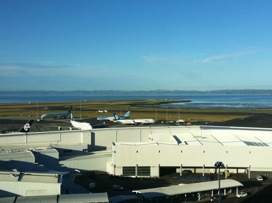 Novotel Auckland Airport: View of terminal from room- so close but so quiet