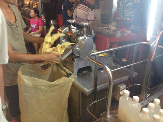 Jalan Alor: Making sugarcane juice
