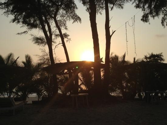 Varca Palms Beach Resort: вид с шезлонгов вечером