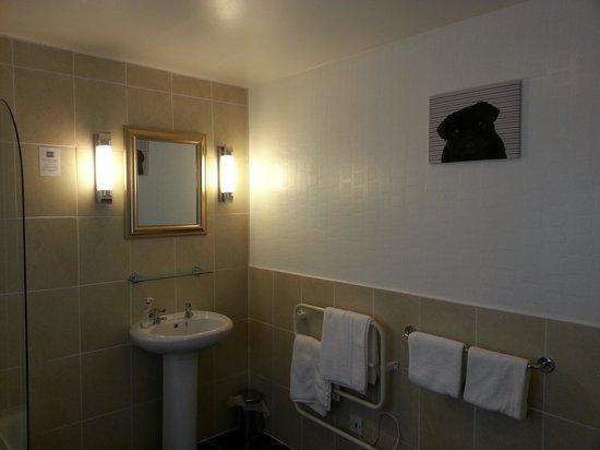Clachan Cottage Hotel: large bathroom