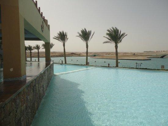 Marina Lodge at Port Ghalib : zwembad met uitzicht over port ghalib