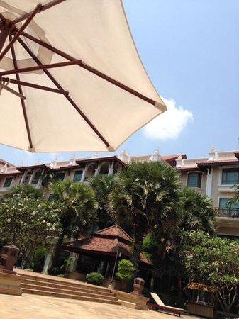 Sokha Angkor Resort : 午前中は、プールサイドのパラソルの下で、まったり!