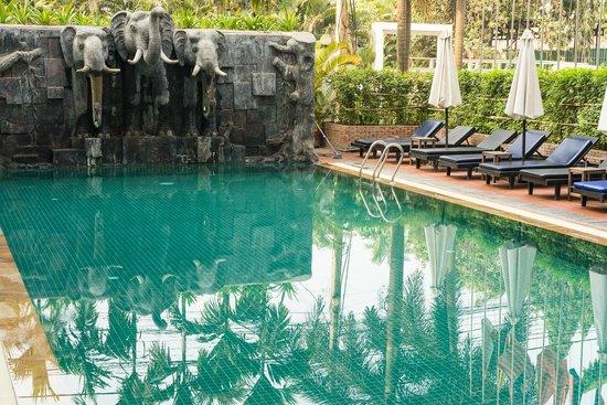 Royal Crown Hotel: Swimming pool