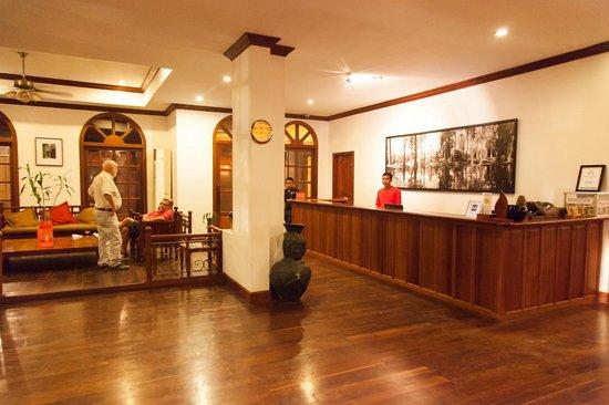 Royal Crown Hotel: Main registration desk