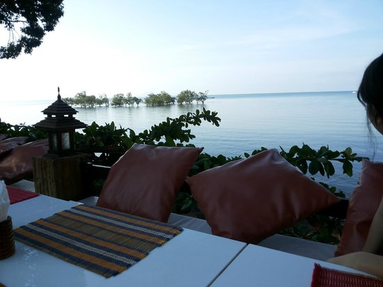 Krabi Tropical Beach Resort: adjacent to beach