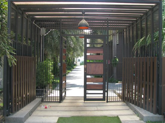 The Kris Resort : entrance from beach