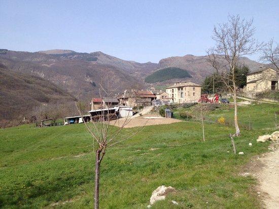 Bettola, Italie : Vista dell'agriturismo e del paesaggio circostante.