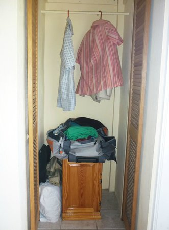 Rich View Guesthouse: Bedside table used as luggage rack; 2 hangers