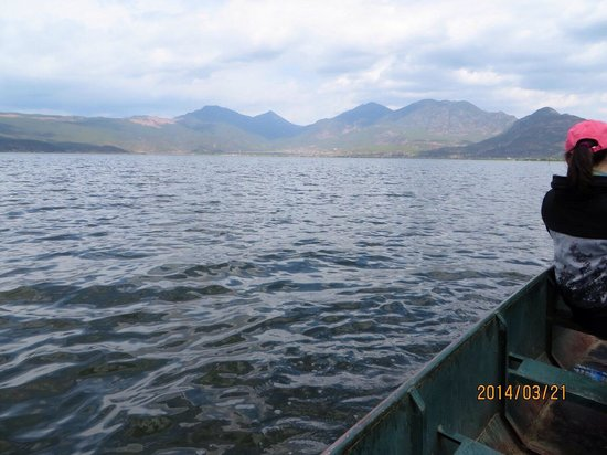 Lashi Lake : 湖の景色と船