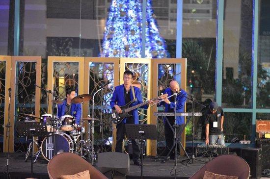 Radisson Blu Cebu: Evening band at the Radisson Blu