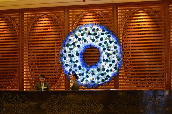 Radisson Blu Cebu : Christmas decoration in blue by the reception
