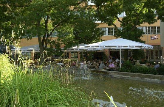 Hotel Central: Biergarten Philips Brasserie ein traumhafter Ort der Entspannung