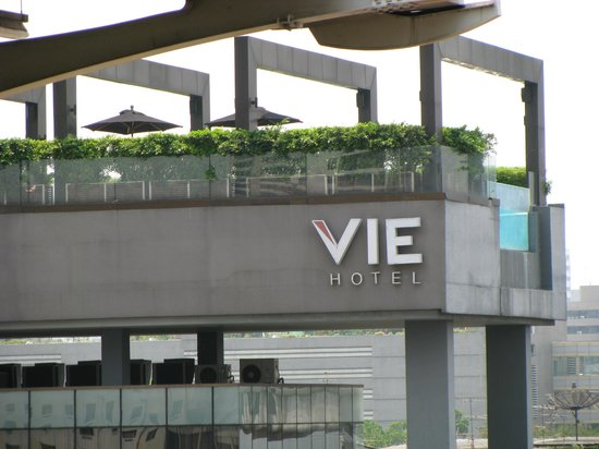 VIE Hotel Bangkok, MGallery by Sofitel: the pool, from the skytrain station
