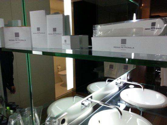 Hotel Reina Petronila : Jabones y apaños del baño