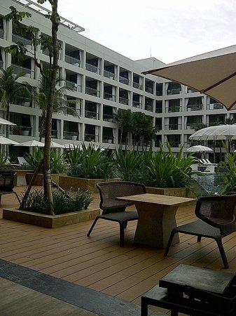 The Stones Hotel - Legian Bali, Autograph Collection: view ke kamar-kamar dari kolam renang