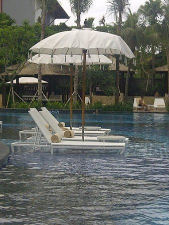 The Stones Hotel - Legian Bali, Autograph Collection: lazy chair di tengah kolam renang