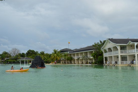 Plantation Bay Resort And Spa: pool and rooms