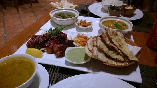 Nirwana Gardens - Nirwana Resort Hotel: Tandoori Chicken and naan at Spice Restaurant