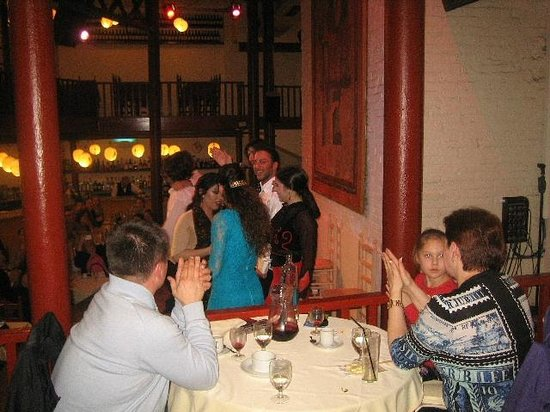 El Tablao de Carmen : テーブルの向こうが舞台上のダンサー達