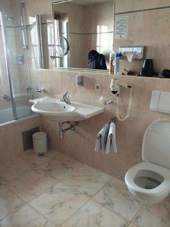Hotel Garni Das Zentrum: Mooie schone en ruime badkamer, heerlijke douch en iedere dag schone handdoeken
