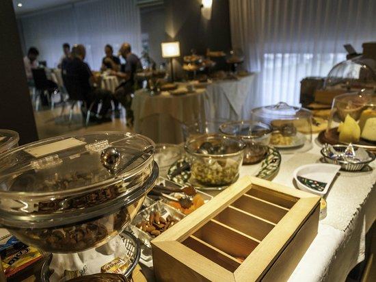 Hotel Ramon Berenguer IV: Disponemos de un buffet variado y surtido.