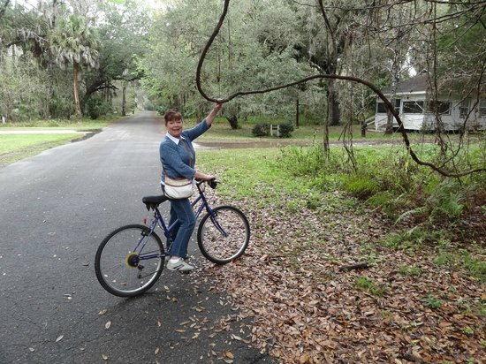 Nature Coast Inn: We took advantage of Pine Lodge's bikes to explore Yankeetown