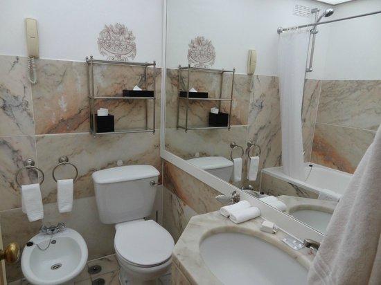 Hotel Lisboa Plaza: baño habitación