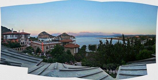 Perili Bay Resort Hotel: Strand vom Eingang bis zum Hotel