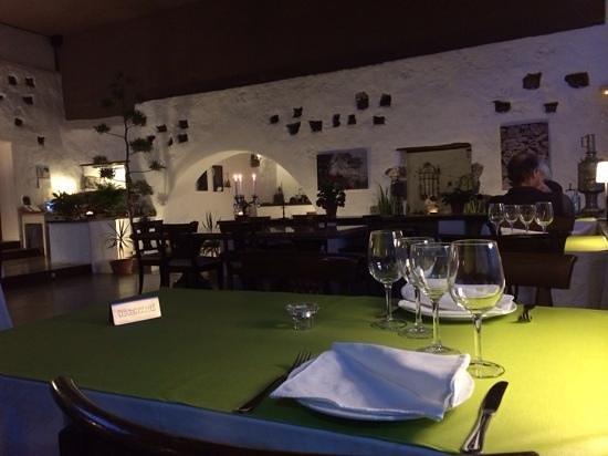 Caserio de Mozaga : dit was vroeger een binnenplaats en de gaten in de muur waren duivennesten
