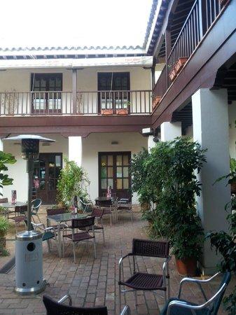 Alboronía Bar -Tapas: Estupendo y agradable patio.