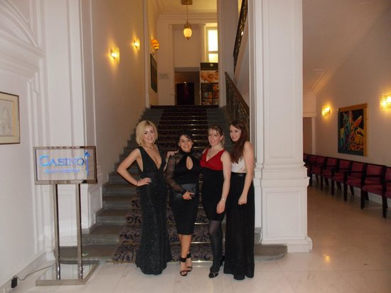 Hotel Kings Court: photo taken of the 4 of us by friendly reception stagg :) beautiful hotel!!