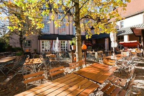 Golden Leaf Hotel Altmünchen: Biergarten
