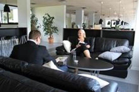 Stop'n Sleep Hotel: Tv area/ Restaurant