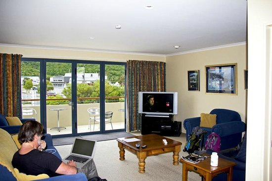 Apartments On The Waterfront Picton: Living room/lounge with Sky TV
