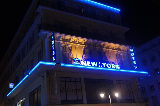 Best Western New York: Night view of the hotel