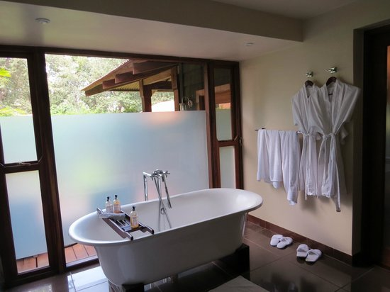 Arusha Coffee Lodge : salle de bain le jour