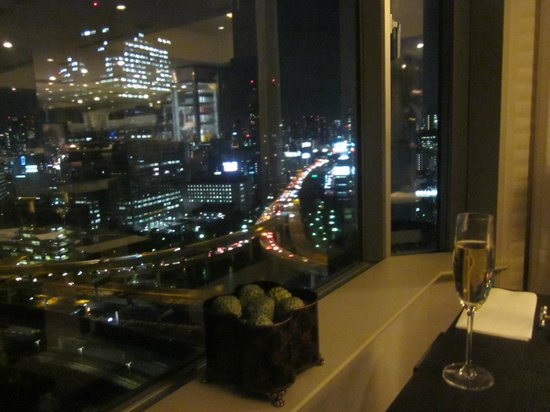InterContinental Hotel Tokyo Bay : Aperitif hour in the Club Room
