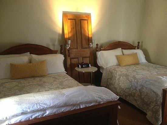 Marblehead Inn: Double Beds 9