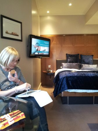 Radisson Blu Edwardian Kenilworth Hotel: Mum relaxing in the room!