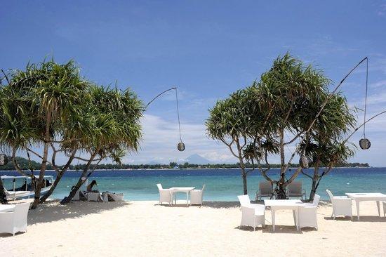 MAHAMAYA Gili Meno: restaurant/beach view