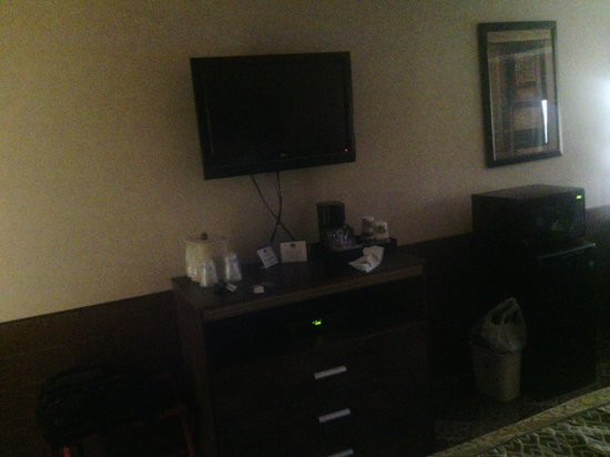 Best Western Regency House Hotel: View of the tv with cords hanging.