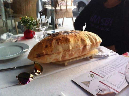 Khorasani Restaurant: Fresh bread - yummy!