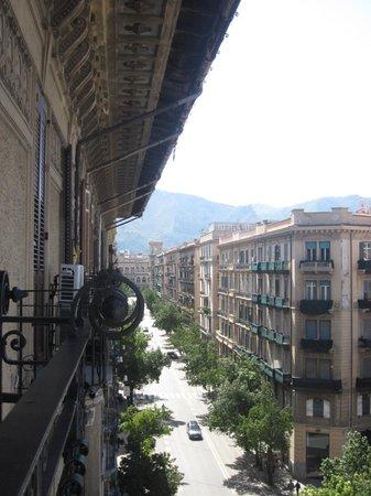 Ambasciatori Hotel: Looking up Via Roma