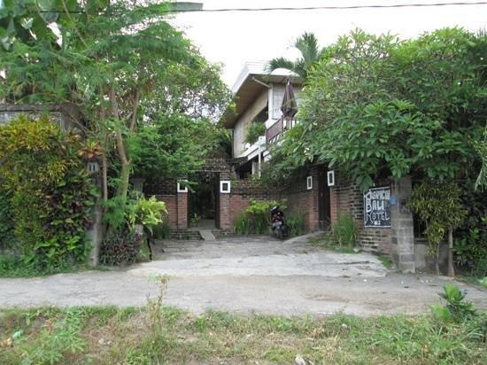 Tropical Bali Hotel : accès à l'hôtel dans une petite rue tranquille .q