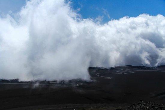 Monte Etna: Настилающиеся на склоны облака
